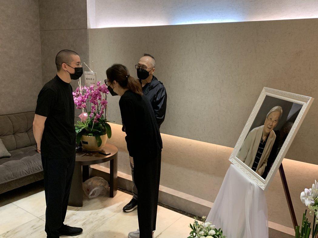 房祖名(左)代替父母成龍、林鳳嬌前來向李行致意。圖/兩岸電影交流委員會提供