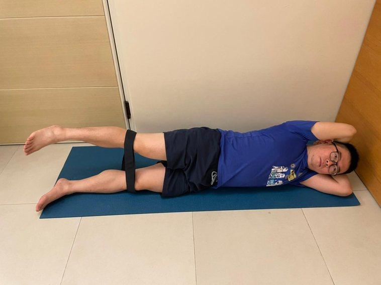 動作3,髖部外展肌力訓練。側躺,腿部繞一圈彈力帶,疼痛側髖部在上。疼痛側髖部抬高...