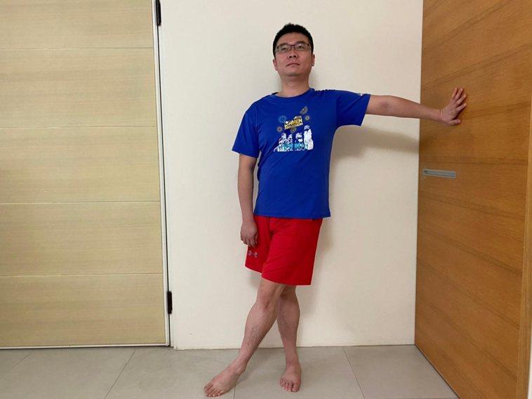 動作2,髂脛束伸展。痛側手扶牆痛側腳在前、不痛側腳在後向遠離牆的方向伸展,伸...