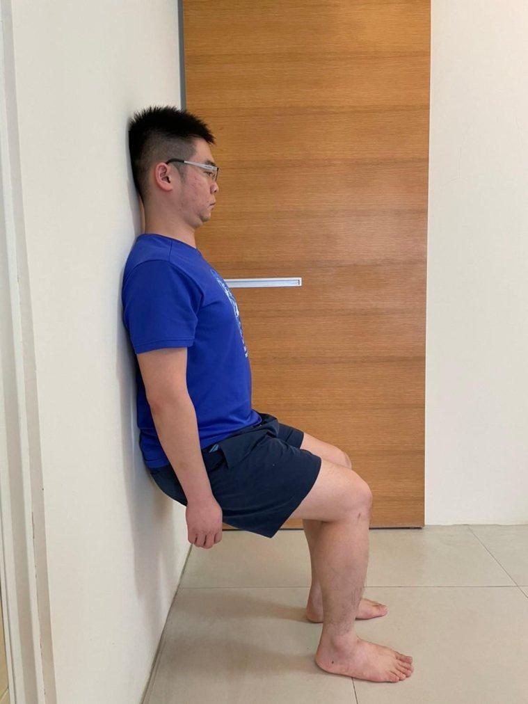 動作4,股四頭肌肌力訓練(下)。背往下滑,直到大腿與小腿大約成90度,感覺大腿前...