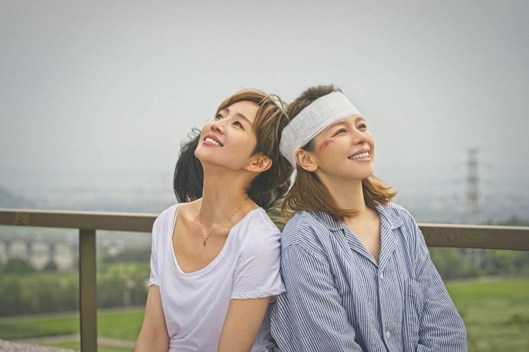 張鈞甯(左)和徐若瑄在新戲「誰在你身邊」演姊妹。圖/HBO提供