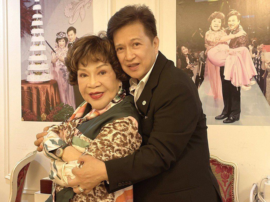 阿姑周遊今天歡度84歲生日,和老公李朝永愛相隨。圖/周遊提供
