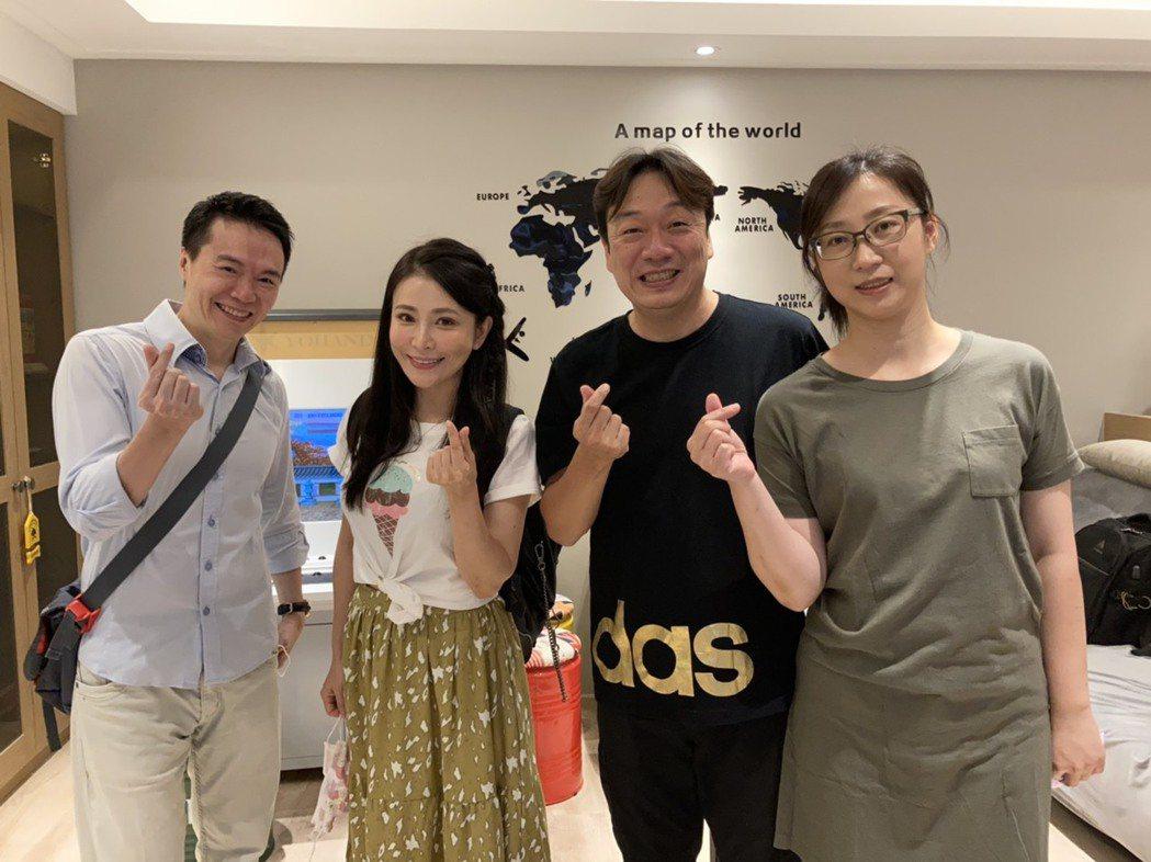 吳鈴山(左)、德馨赴粉絲家中作客料理。圖/大愛台提供