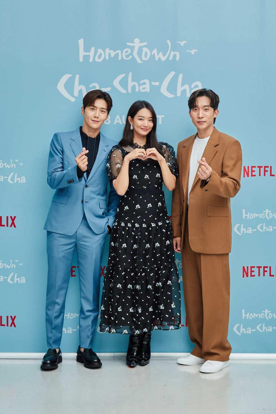 金宣虎(左起)、申敏兒以及李相二出席「海岸村恰恰恰」記者會。圖/Netflix提...