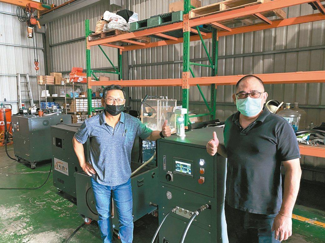 麥瑟塔噴塗科技公司負責人陳守任(右)與外銷部經理程連恭合影。黃奇鐘/攝影