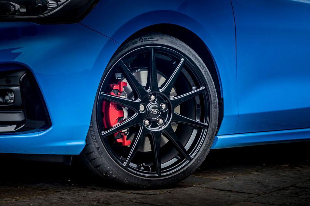 黑色烤漆多輻19吋鋁合金輪圈,並搭配紅色烤漆煞車卡鉗。 圖/Ford提供