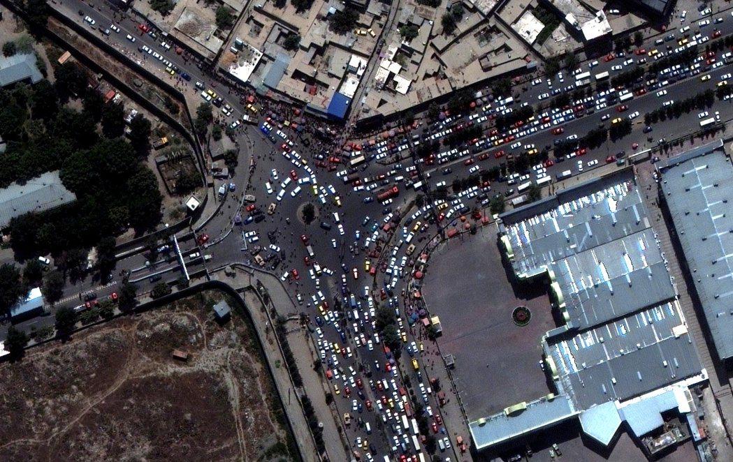 KBL機場外擁擠的交通狀況。 圖/路透社