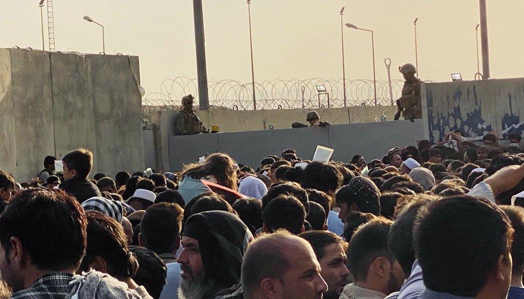 圖為阿富汗人聚集在KBL機場外,希望撤離阿富汗。  圖/歐新社