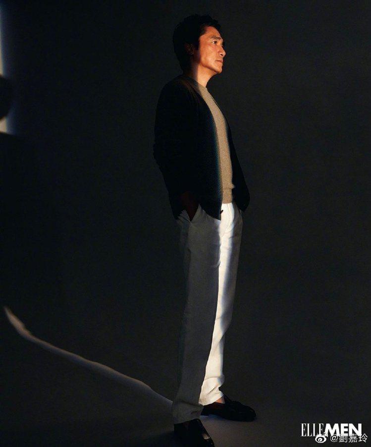 運用光影,拍出梁朝偉獨特風格的照片。圖/摘自微博