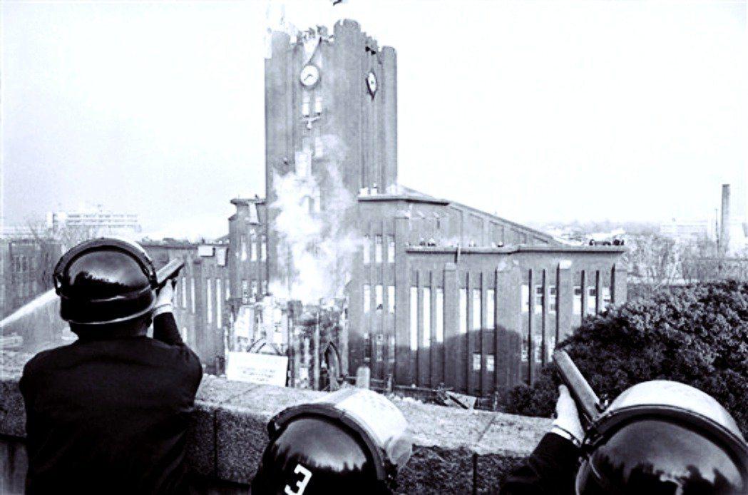 1969年1月18日、19日,日本警察以催淚彈、水砲攻打東京大學安田講堂。但是警...