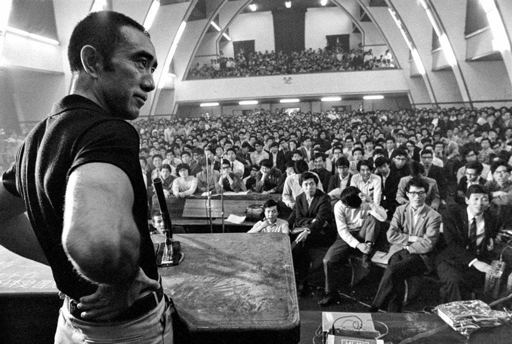 1969年5月13日,東大駒場校區900號教室裡的討論會。 圖/記錄片《三島由紀...
