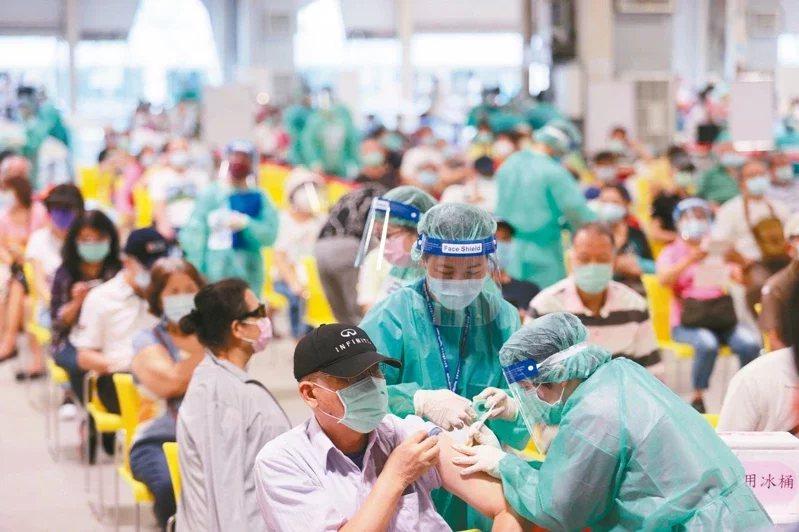 面對新冠病毒威脅,全台近千萬人打了第一劑疫苗,現在苦等接種第二劑疫苗。 圖/本報...
