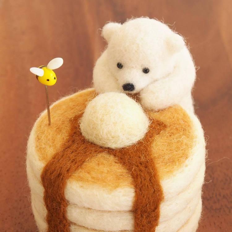 北極熊想吃鬆餅,一旁點綴的小蜜蜂畫龍點睛。圖/取自IG @trois_em