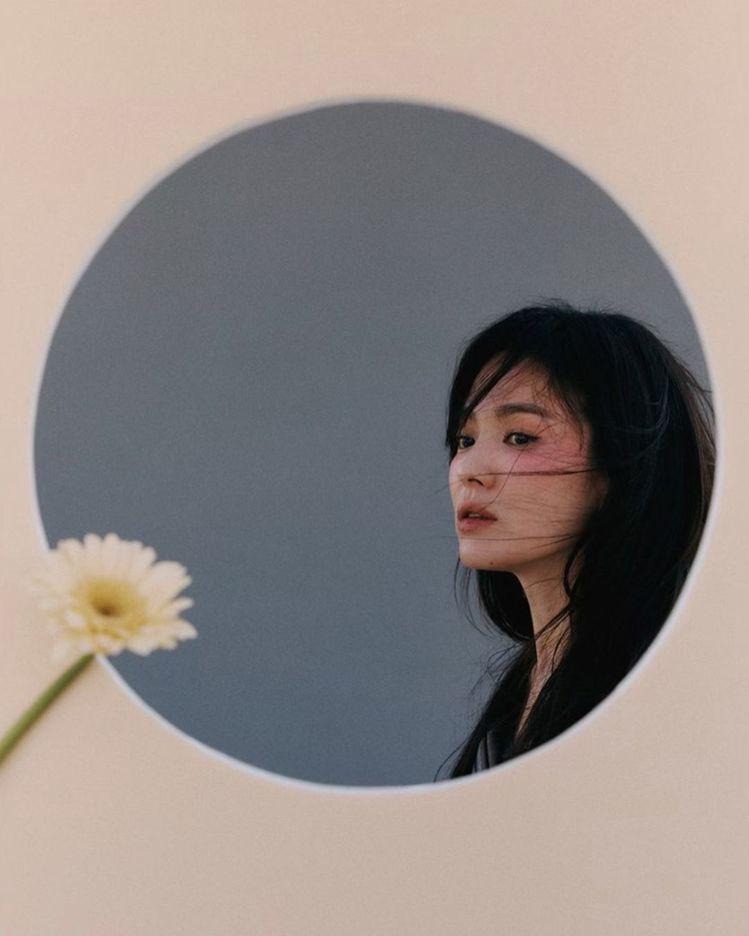 宋慧喬展現空靈的美,朦朧妝感精緻迷人。圖/取自IG