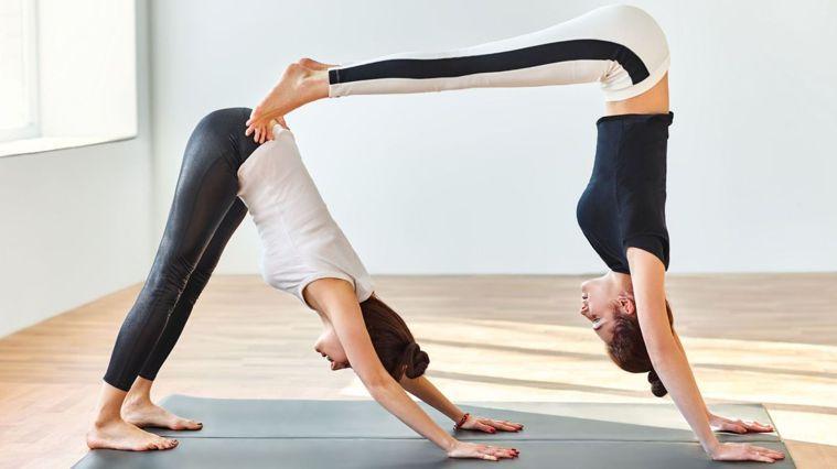 這套雙人運動不僅能培養兩人默契,雕塑腰部曲線和腹肌。圖/Canva