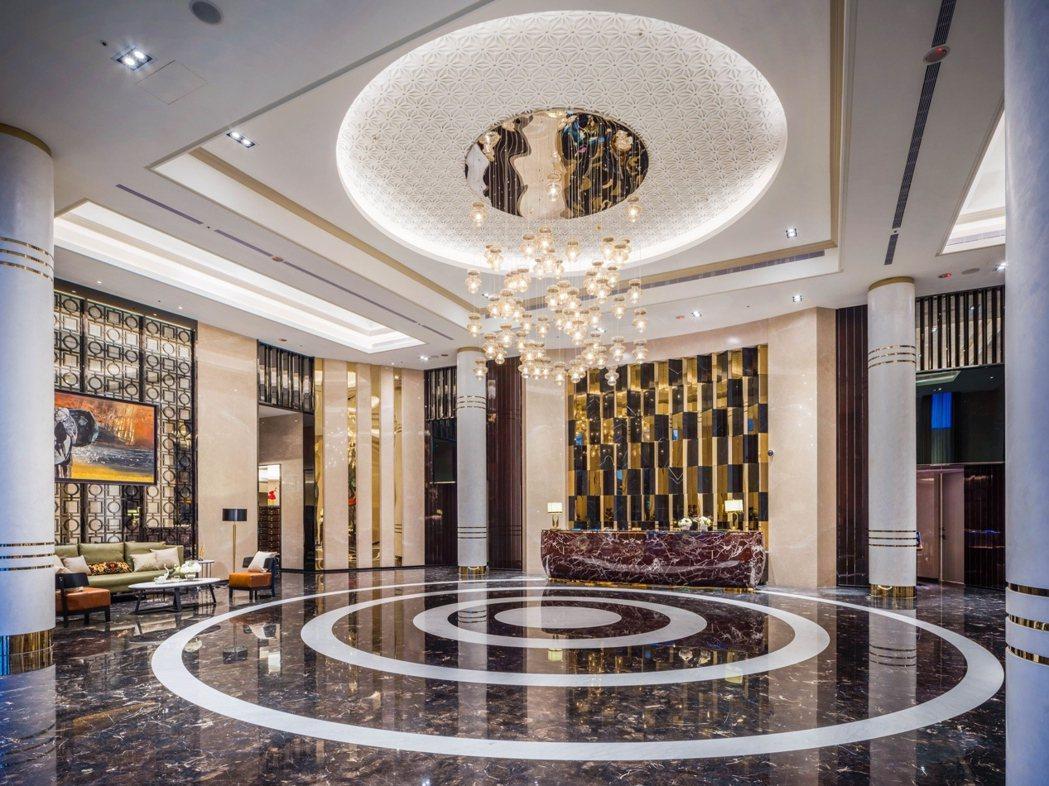 挑高氣勢迎賓大廳,用現代簡練的手法呈現細節的精緻感(圖/遠雄CASA提供)