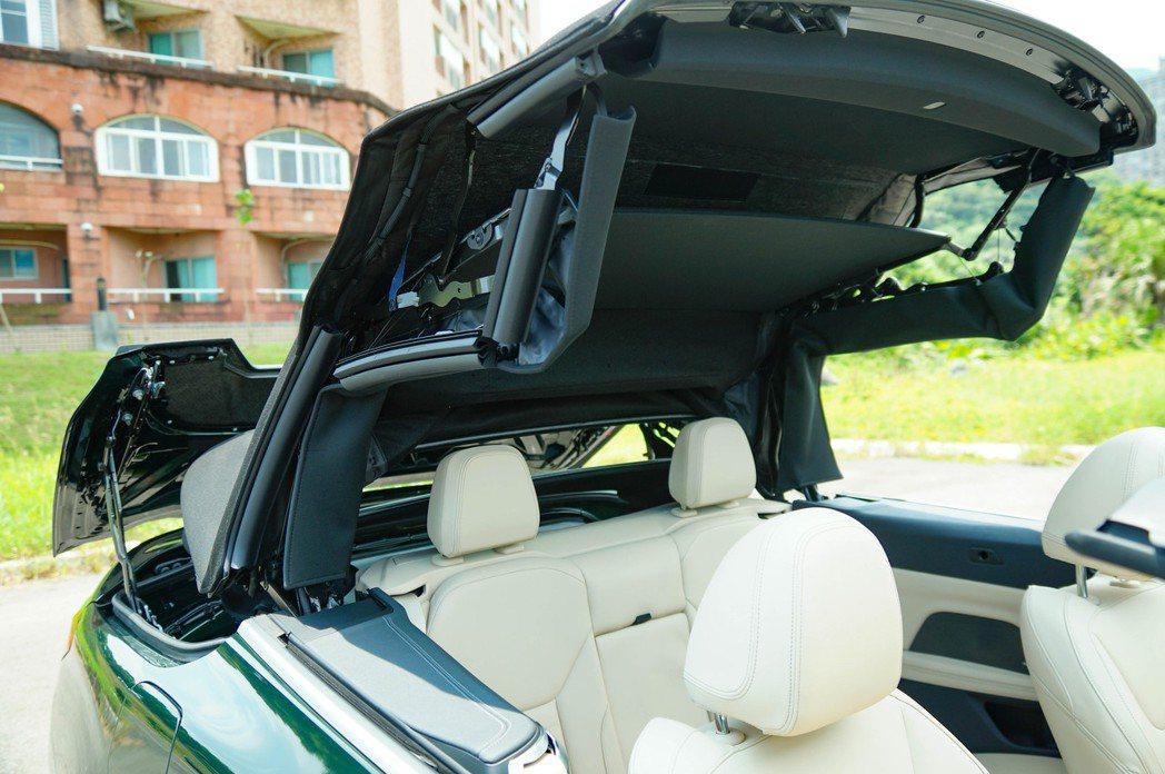 BMW使用全新的纖維材質科技包覆了三片超薄的硬板的結構設計。 記者趙駿宏/攝影