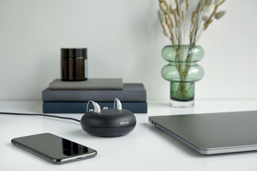 新一代的More™助聽器採用高速充電款_充電三小時即可以提供一整天的電池使用量。...