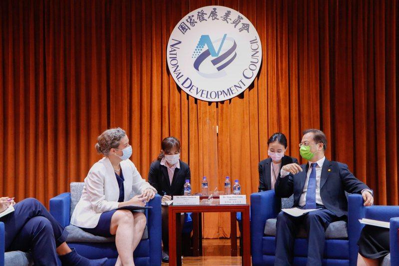 美國在台協會新任處長孫曉雅(左)24日拜會國發會主委龔明鑫(右)。 圖/國發會提供