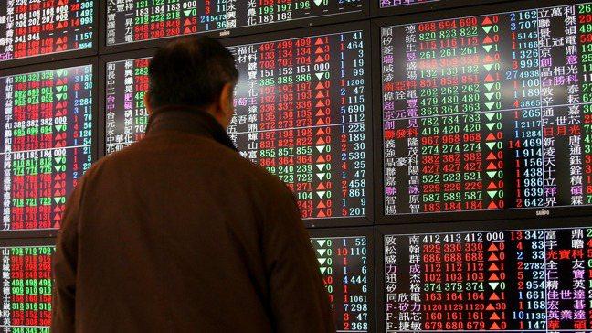 不看好未來經濟趨勢的投資人,可趁美元指數尚未大跌,逢低分批布局黃金以避險。(本報...