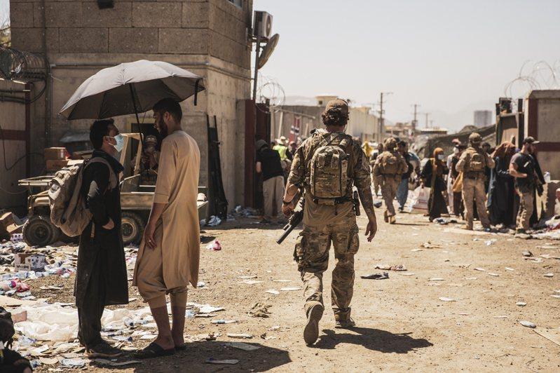 阿富汗短短十天就淪陷在神學士手裡,各國也陸續展開撤僑行動。 美聯社