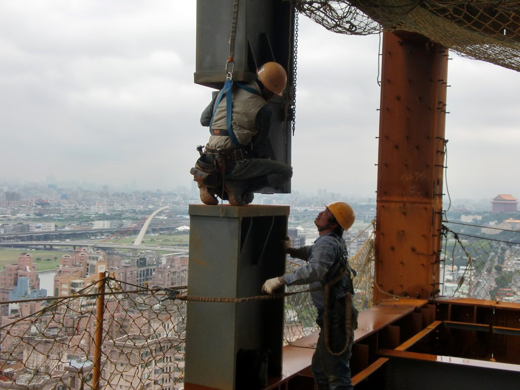 制震壁的形式就像一面牆,大多安裝於層樓的大梁之間。