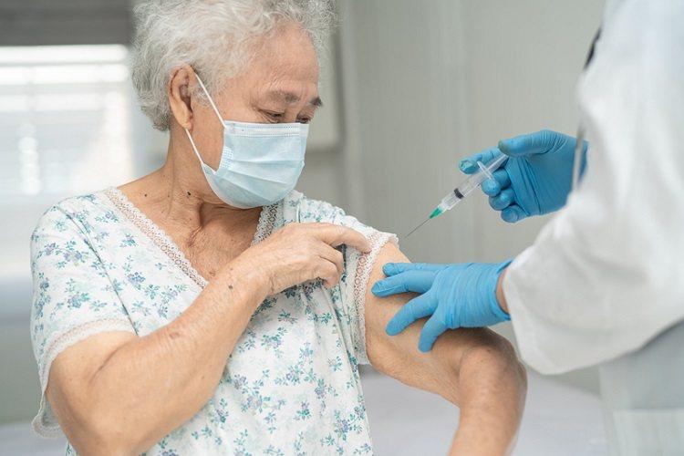 打疫苗手叉腰還是自然下垂? 圖/常春月刊提供