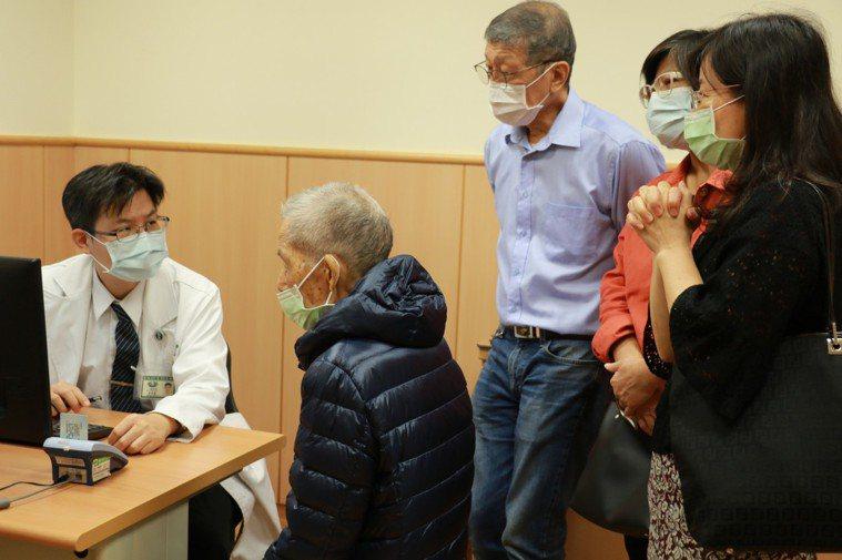 台中慈濟醫院外科部主任余政展向老翁與家人說明術後注意事項。圖/台中慈濟醫院提供