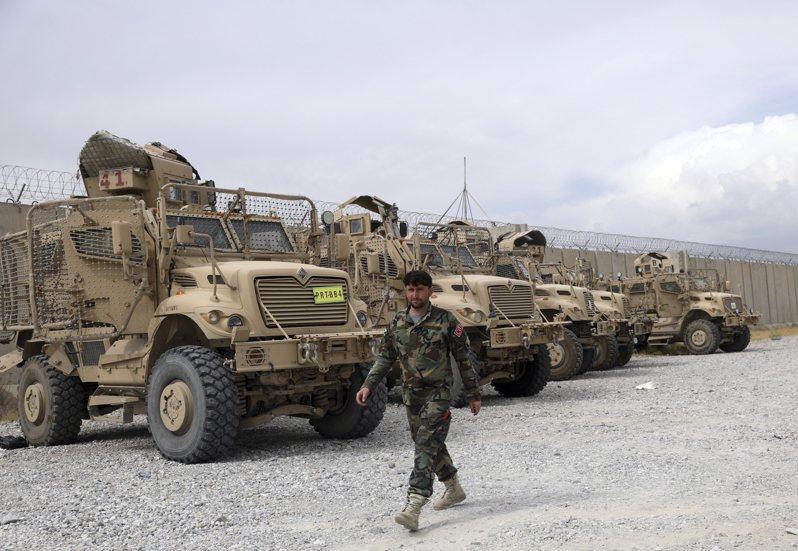 巴格蘭空軍基地內有大量美軍的裝備遺留,其中包括許多MRAP裝甲車。美聯社
