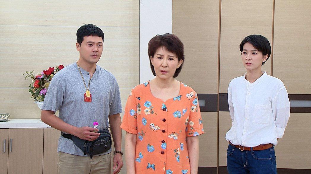 趙心妍(中)加入「黃金歲月」,與黃文星、楚宣演出對手戲。圖/民視提供