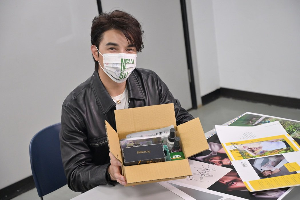 謝佳見展示將隨書贈送的限量禮品包。圖/藝和創藝提供