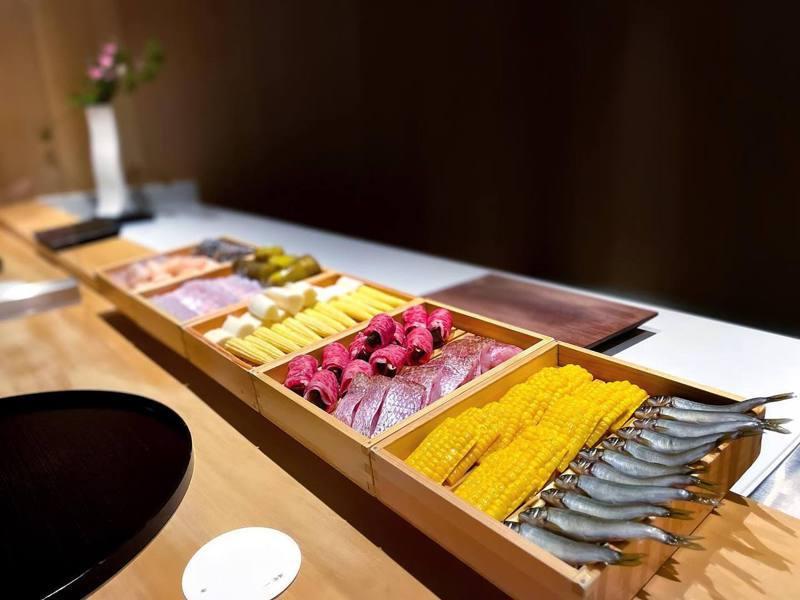牡丹採無菜單型態,每日由主廚搭配精選食材。圖/擷取自牡丹 天ぷら