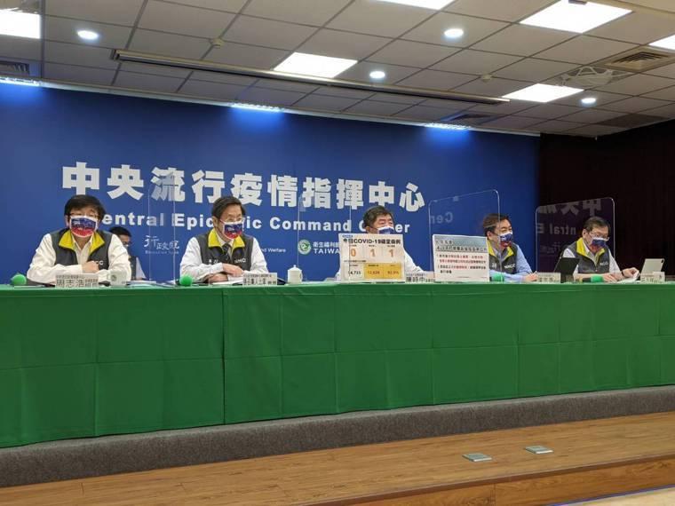 中央流行疫情指揮中心疫情監測組組長周志浩(第一排由左到右)、專家諮詢小組召集人張...
