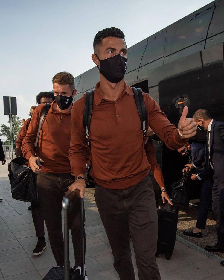C羅穿著Loro Piana為尤文圖斯足球俱樂部打造的服飾。圖/摘自IG