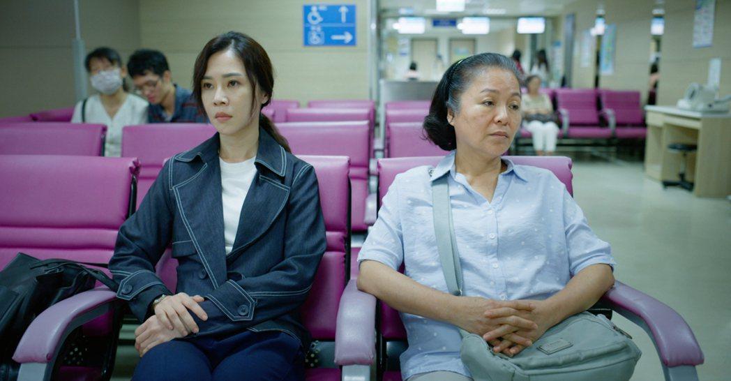 謝盈萱(左)、潘麗麗演出「四樓的天堂」,劇中「母女」關係內心糾結。