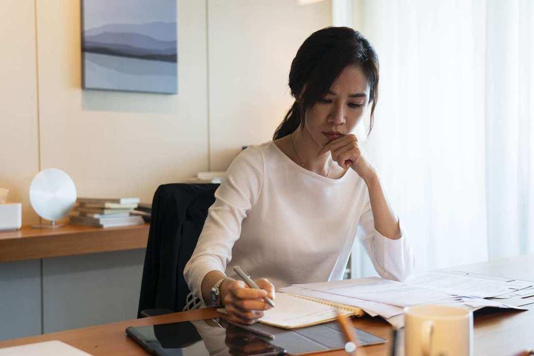 謝盈萱在「四樓的天堂」中飾演心理師,療癒別人卻解決不了自己的問題。圖/公視提供