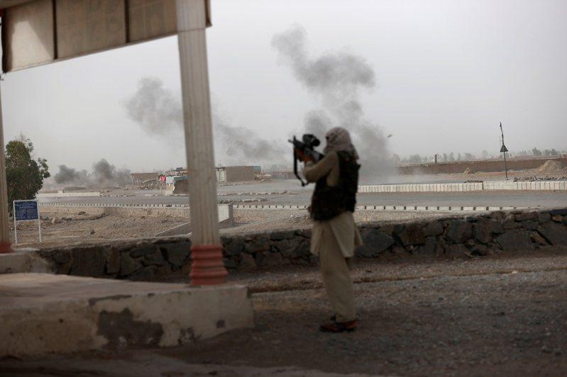 希迪奎前進阿富汗戰地,拍下一名政府軍作戰狀況。(路透)