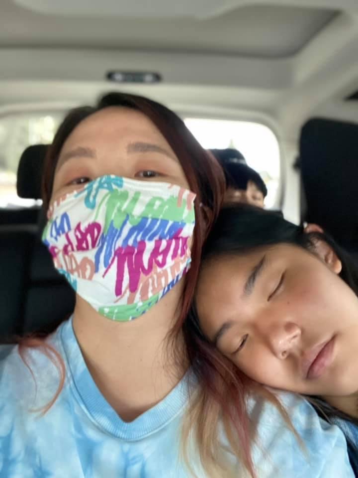 陶晶瑩(左)親送愛女荳荳到美國念書。圖/摘自臉書