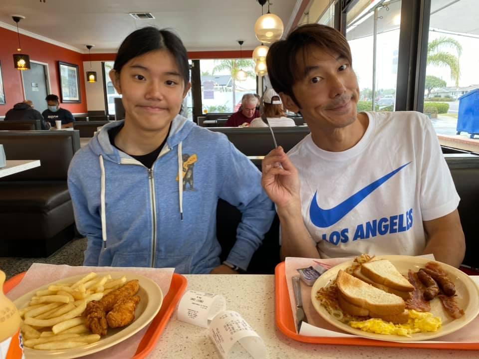 李李仁(右)對愛女荳荳十分不捨。圖/摘自臉書