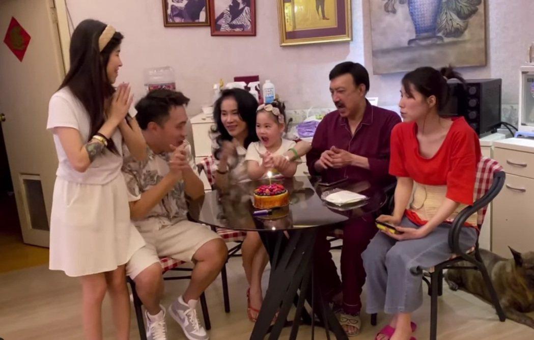 余祥銓(左二)慶生,余苑綺(右)也一起慶祝。圖/擷自臉書