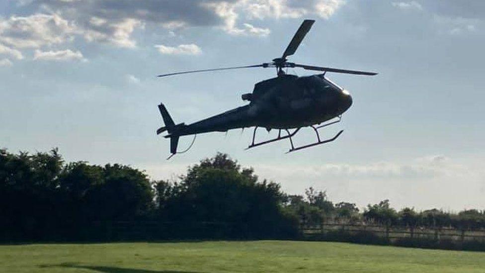 阿湯哥的直昇機因機場關閉,緊急降落在民眾家裡的花園。圖/摘自Alison Web...