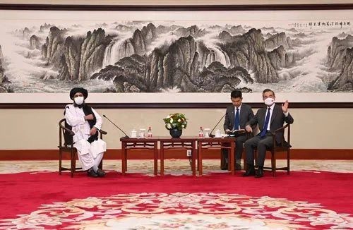 大陸國務委員兼外長王毅在天津一號賓館接見由神學士二號人物巴拉達爾領軍的神學士代表團。圖/取自大陸外交部網站