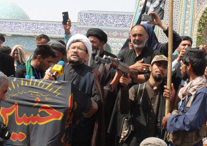 阿富汗馬扎里沙里夫一名什葉派教士19日發表談話慶祝阿舒拉日,遭遜尼派的神學士成員拿槍指著他的後腦勺。歐新社