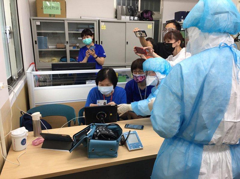 台灣居護的成員模擬使用遠距診療與監測儀器。圖/伯拉罕勞動合作社提供