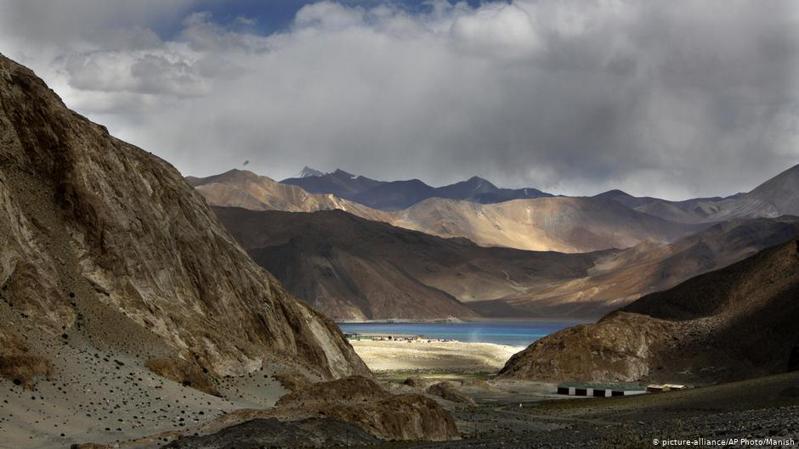 「中國軍視網」的官方微博指出,中國西藏軍區所屬的10多個旅團近日在海拔4500米的雪域高原圍繞高原山地聯合立體作戰,開展「雪域使命-2021」多兵種全時、全域、全要素跨晝夜實兵實彈演習。圖/德國之聲中文網