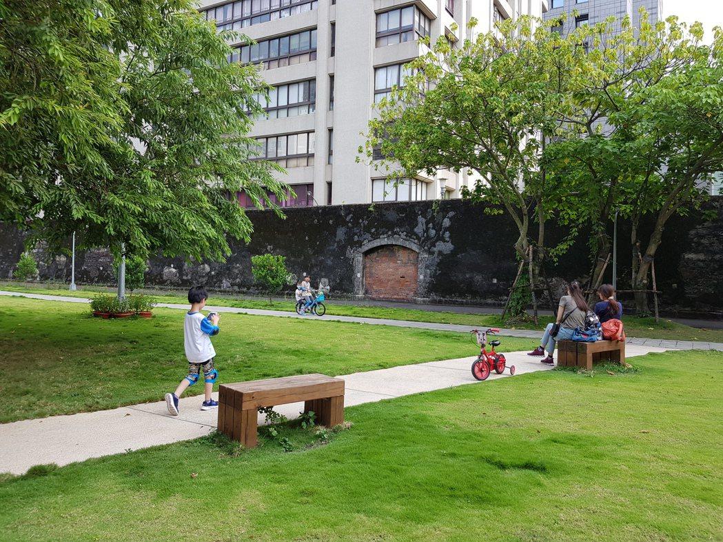 台北監獄遺址雖然僅剩兩堵圍牆立在地面,地底下卻仍然豐富無比,等著我們去看看他們,一起去想像那個曾經發生在台北的過去。圖為台北監獄圍牆遺跡旁的金杭公園,攝於2019年。 圖/聯合報系資料照