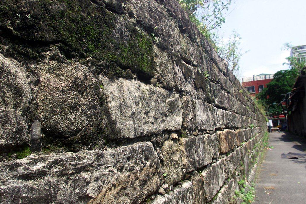 目前僅剩兩段殘存的台北監獄圍牆孤零零的立在當代的地景上,用幾行文字訴說其曾經存在的意義。 圖/聯合報系資料照
