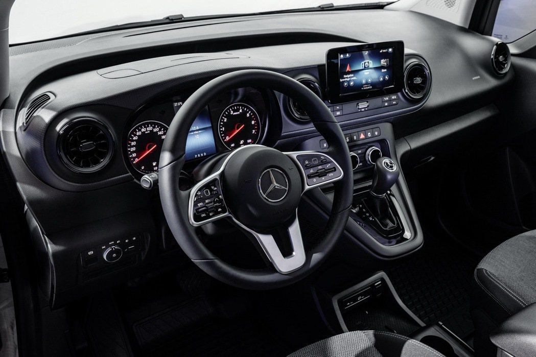 內裝呈現不輸一般乘用車的設計感。 圖/Mercedes-Benz提供