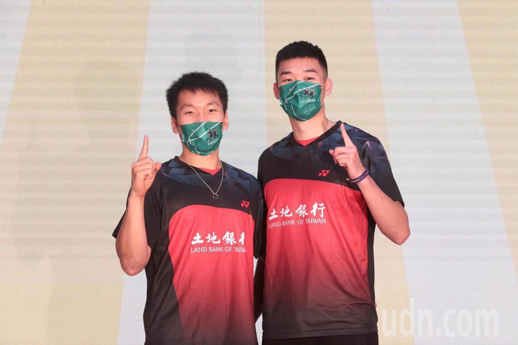 奧運羽球男雙金牌李洋(左一)和王齊麟(左二)。 記者蘇健忠/攝影