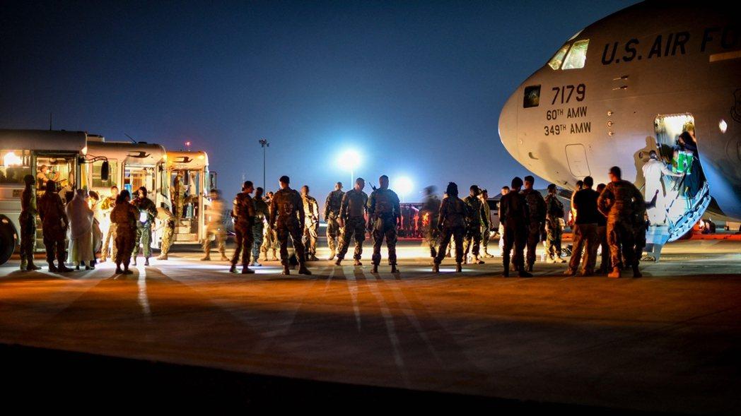 喀布爾機場的狀況並非班機不足,而是「不得其門而入」。因為目前KBL機場已經被美軍...